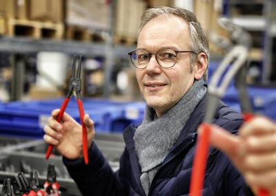 NWS-Marketingleiter Michael Adam zeigt im Lager Fa. NWS zwei Zangen aus dem riesigen Werkzeug-Sortiment. (Foto: Stephan Köhlen)